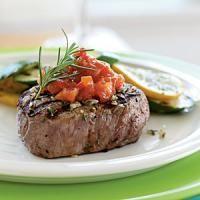 Recette Bifteck à la sauce tomates, 1. Cuisez les biftecks dans 4 c. à soupe d\'huile d\'olive. Retirez-les de la poêle et réservez-les au chaud dans le four.Hachez finement l\'ail et l\'oignon et faites-les revenir dans le reste d