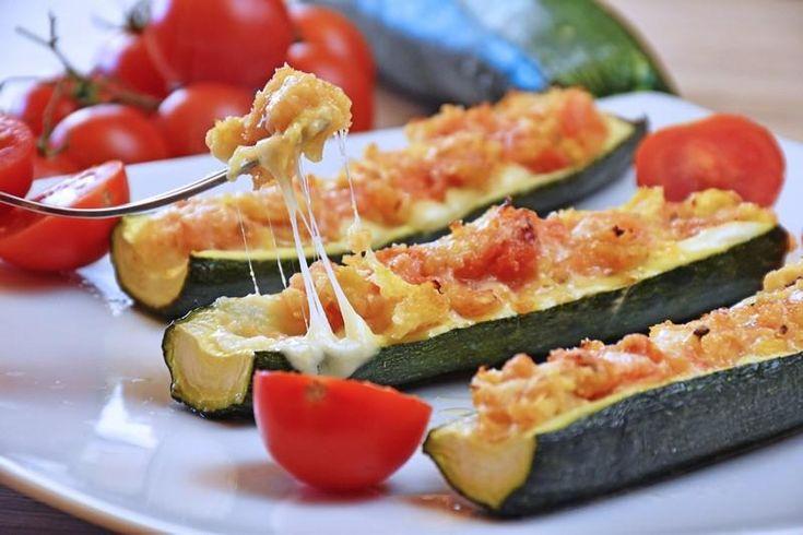 Le zucchine ripiene con pomodoro e mozzarella sono un secondo piatto dal sapore delicato, semplice ma davvero irresistibile. Ecco come prepararle