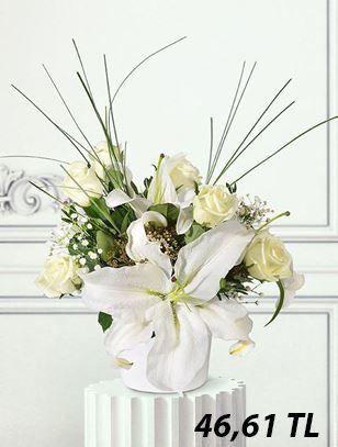Beyaz seramik saksı içerisinde beyaz güller ve beyaz lilyumlarla hazırladığımız bu aranjmanla yakınlarınızın başarılarını kutlayın.  https://www.escicek.com/beyaz-harmoni