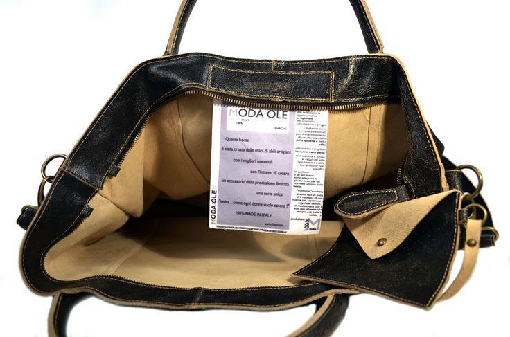 """Shopper 8 in pelle """"crackata"""" una novità e un accessorio per ogni occasione, da solo rende il tuo """"look"""" speciale Questa borsa è il risultato di uno studio al fine di ottenere un prodotto che sia espressione di pregio, bellezza e comodità Il modello ha la tracolla e gli accessori in ottone bronzato L'interno sfoderato evidenzia il colore della pelle Abbinato un borsellino a bustina per ogni uso L'etichetta di nostra invenzione con tessuto adatto alla pulizia di lenti e display…"""