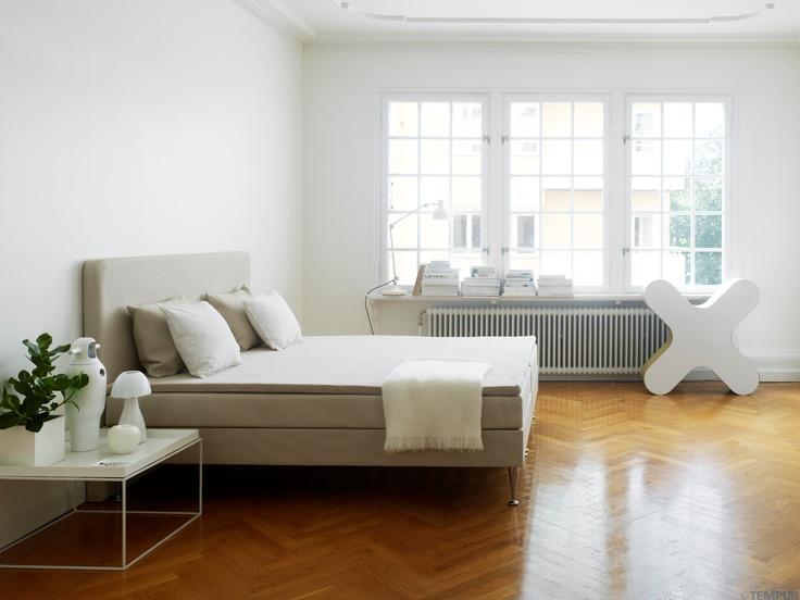 Lämmin ja kutsuva makuuhuone. Kuvassa TEMPUR Signature -vuode. #makuuhuone #sänky #sisustus #tempur