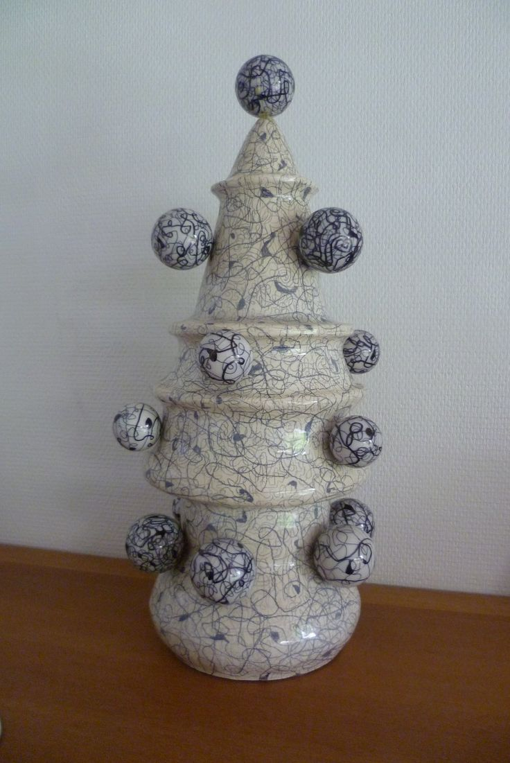 """"""" vuurtoren"""" ; geglazuurd en bewerkt keramiek met bewerkte plastic bollen"""