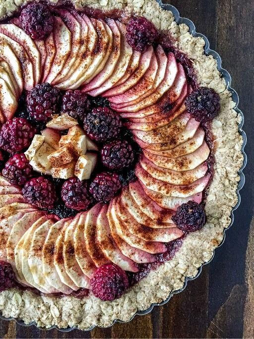 Ta owsiana tarta z jabłkami, z dodatkiem jeżyn i korzennych przypraw smakuje obłędnie. Poznaj przepis na bezglutenowe ciasto.