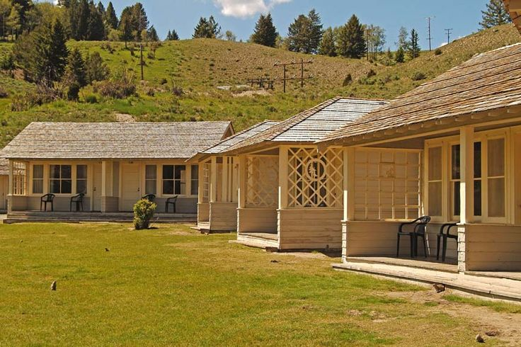 Yellowstone mammoth cabin with bathroom 123 north for Yellowstone log cabin hotel