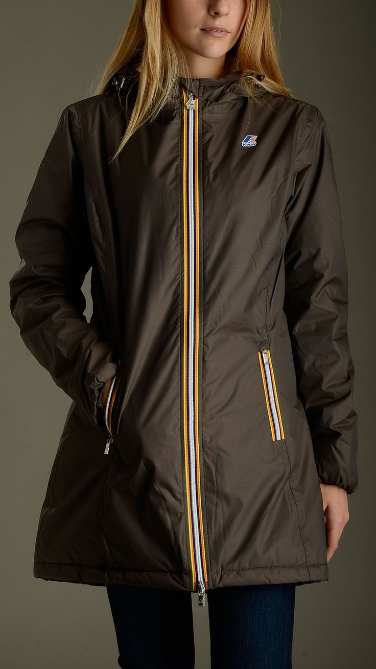 Woman three quarter lenght slim fit rain jacket in coffee colour featuring marmot lining and thermal padding, fixed hood, contrast front full zip opening and two zippered slant pockets., 100�0polyamide; padding: 100�0polyester.