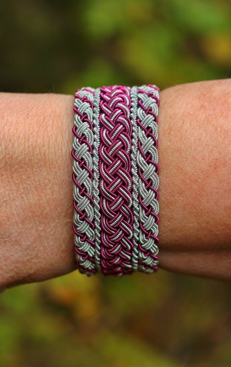 Så har det blivit dags att förevisa ett av mina tenntrådsarmband igen. Den här gången är det ett armband som är tillverkat av två enkla s...