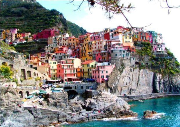 Manarola merupakan kota tertua di Italia yang terkenal dengan sebutan Cinque Terre. Bangunan-banguan kotanya terlihat seolah menempel pada tebing batu yang berada di atas Laut Liguria. Kota yang masuk dalam bagian situs warisan dunia UNESCO ini memiliki harmonisasi antara manusia dan alam. Semua bangunannya antara lain memiliki warna biru yang melambangkan laut atau warna kuning yang melambangkan matahari…