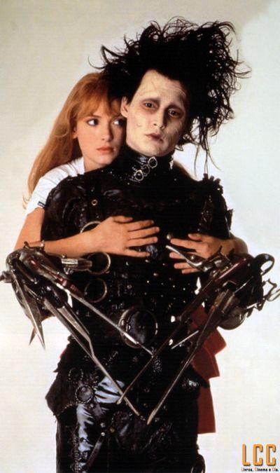 Winona Ryder e Johnny Depp em Edward Mãos de Tesoura (1990)