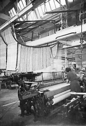 Tehdastyöläiset kutomakoneen ääressä | Oy Finlayson-Forssa Ab | Kuva: Tampereen museoiden kuva-arkisto