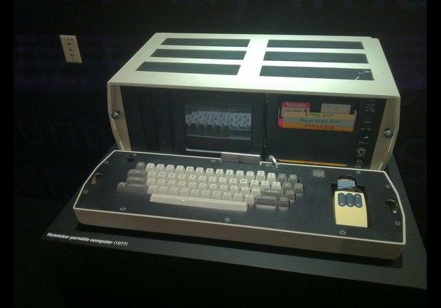 ノートテイカー。1978年にゼロックス パロアルト研究所でアラン・ケイらが製作した8086で動作するバッテリー駆動が可能な可搬式PC試作機。コンセプト的側面でアルトの後継にあたるマシン。