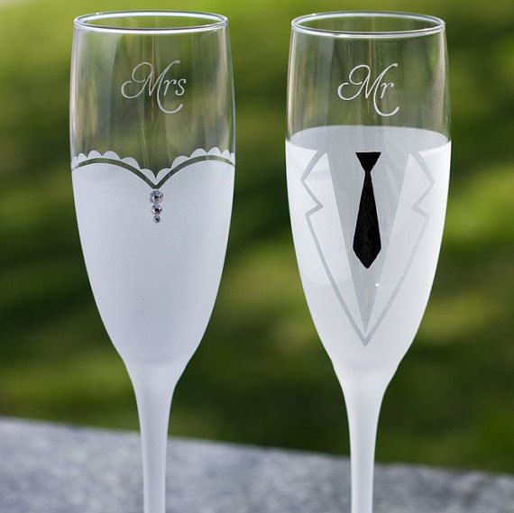 Personalized Champagne Flutes,Engraved Champagne Flutes,Mr and Mrs Toasting Glasses,Etched Glasses, Wedding Toasting Flutes,frosted Glasses