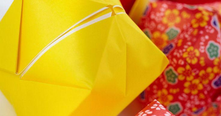 Cómo hacer esferas de origami. Hacer esferas de origami, también llamadas globos de origami, es un proyecto de plegar papel de nivel principiante reconfortante. Luego de plegar un trozo de papel de origami de una manera especial para hacer una forma hexagonal, puedes soplar en el extremo abierto del agujero para hacer un globo de papel colorido y redondo. Átale un hilo al globo ...