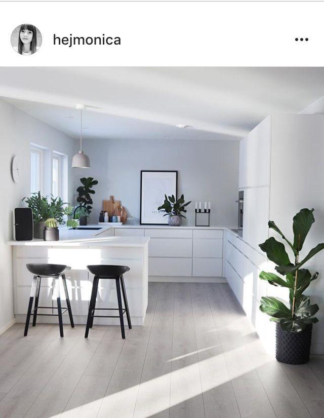 / schöne weiße Küche mit sehr funktionalem Layo…