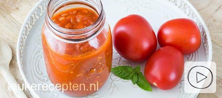 Maak zelf je eigen verse tomatensaus op basis van roma tomaten, knoflook en basilicum. Lekker bij de pasta!