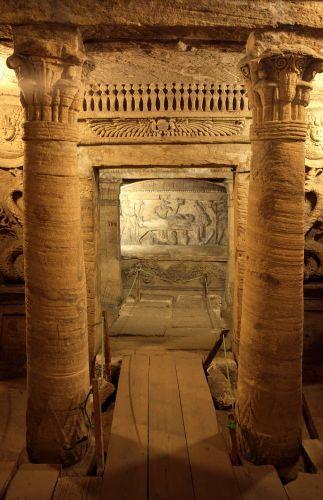 Catacumbas de Kom-El Shoqafa, em Alexandria, Egito. São considerados uma das maravilhas da Idade Média. É o maior local de enterro romano conhecido no Egito, com três níveis de túmulos que podiam acomodar até 300 cadáveres.  Fotografia: Divulgação / Departamento de Turismo do Egito.  https://viagem.uol.com.br/album/alexandria_album.htm#fotoNav=4