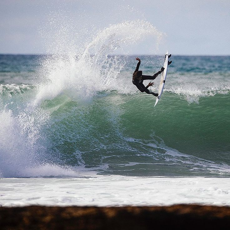 While in Portugal for our profile feature on @sealtooth, we met up with @brendongibbens, @craig__anderson (seen here throwing a lofty one) and @nicvonrupp. Over the two week trip, the freesurf phenoms tore through air sections and open faces and enjoyed the local Sagres of course. For the full gallery by our Photo Editor @grantellis1 click the link in bio. #SURFERphotos