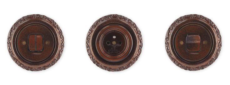 Porcelánové zásuvky a vypínače Mulier Ornament v barvě hnědo černá.