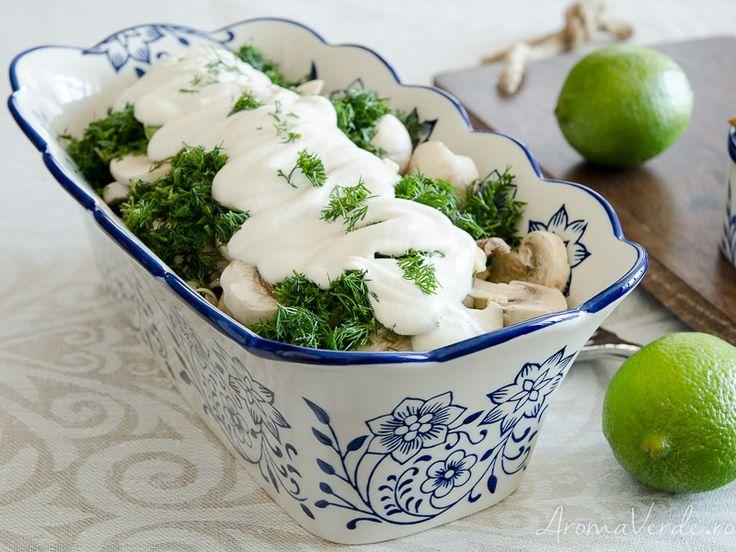 Ai încercat vreo rețetă raw vegană cu ciuperci? Îți recomand ciupercile champignon cu smântână vegetală, mărar, ceapă verde și usturoi.