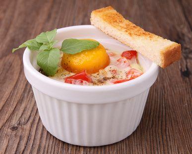 Dès 2 ans - Oeuf cocotte au jambon, tomate et basilic - une recette de Régalez Bébé. Cette recette de l'oeuf cocotte au jambon, tomate et basilic. C'est si simple... si bon, c'est toujours un pur bonheur pour nos bambins !
