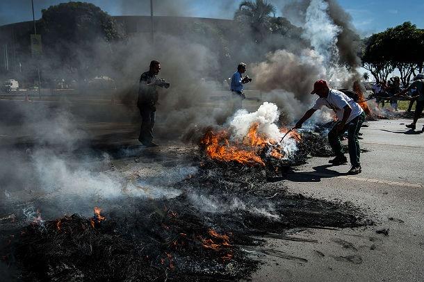 PROTESTO EM FRENTE AO ESTÁDIO MANÉ GARRINCHA A Copa das Confederações começa a ser alvo de protestos. Em frente ao estádio Mané Garrincha, nesta sexta-feira (14/6), cerca de 200 pessoas se aglomeraram com faixas a cartazes, incendiaram pneus e bloquearam o Eixo Monumental. Os manifestantes já deixaram o local em passeata, acompanhados por carros da polícia, em direção ao Palácio do Buriti, sede do governo. Os bombeiro Publicado em 14 de junho de 2013 (Leia [+] clicando na imagem)