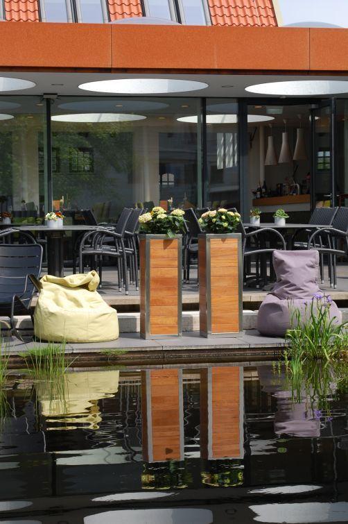 Pflanzkübel Aus Holz Mit Edelstahlrahmen Am See. Traumhaftes Ambiente Mit  Modernen Holzkübeln. #Pflanzkübel