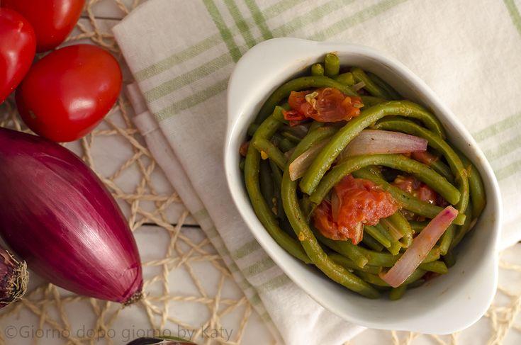 I fagiolini al pomodoro e cipolle, un gustoso contorno estivo della tradizione italiana.