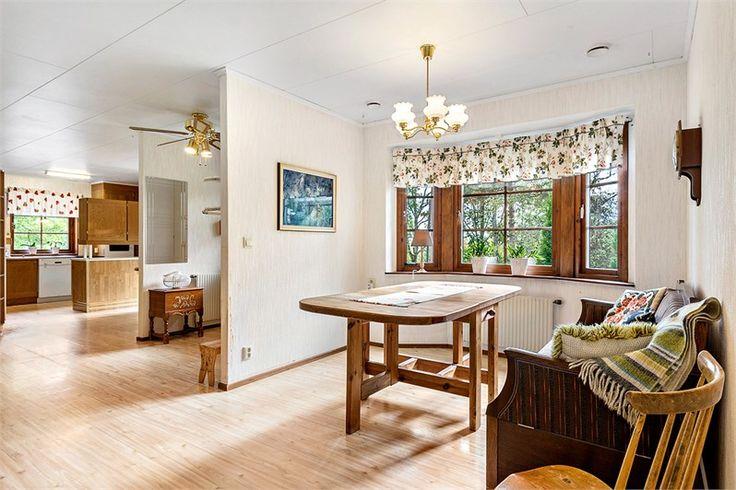 """Kommer in i en hall med en öppen planlösning, köket ligger till höger, det är ett kök som har gott om förvaringsmöjligheter, köket är i ek. Plats för köksmöblerna finns intill fönstret. Till vänster ligger ett """"rum"""" som idag är möblerat med en soffa och matbord samt stolar. Finns även en järnkamin, den måste renoveras, ej brukbar. Rakt fram , från hallen, ligger ett stort vardagsrum på 21 kvm. Finns plats för både en soffgrupp och även en matsalsgrupp."""