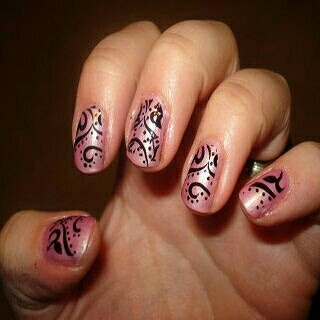 Roze met zwarte lijnen