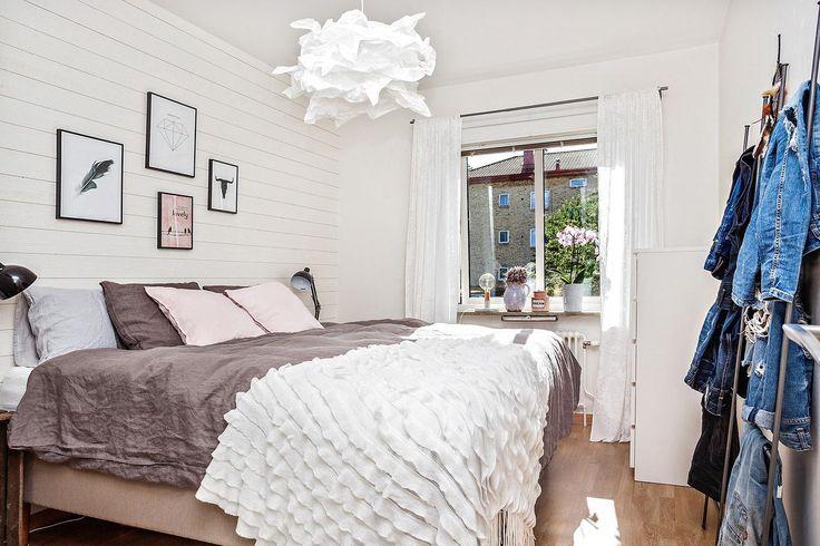 Sovrum med panelvägg