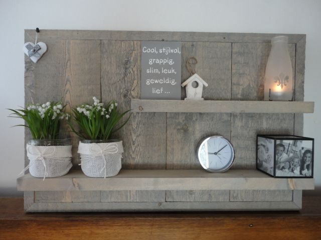 Wandbord MMKADO gemaakt van dik, ruw, zwaar vurenhout met een licht grijze washing eroverheen. Zeer natuurlijke uitstraling! Naar eigen wens sfeervol in te richten. H= 56cm, B= 87cm, D= 10cm. Past in elk vertrek van de woning. Ook leuk voor buiten onder de veranda!