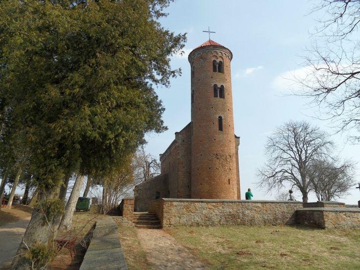 kościół św. Idziego w Inowłodzu, skrupulatnie odrestaurowana świątynia z XI lub XII wieku, wpisująca się w charakter wczesnoromańskich założeń