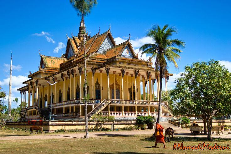 Palazzo reale a Phnom Penh, Vietnam: composto da 9 edifici, copre un'area di 6 ettari, con la sala del trono, il padiglione Phochani, Pavillion Chanchhaya e la Pagoda d'argento.   #NomadiModerni #AroundTheWorld