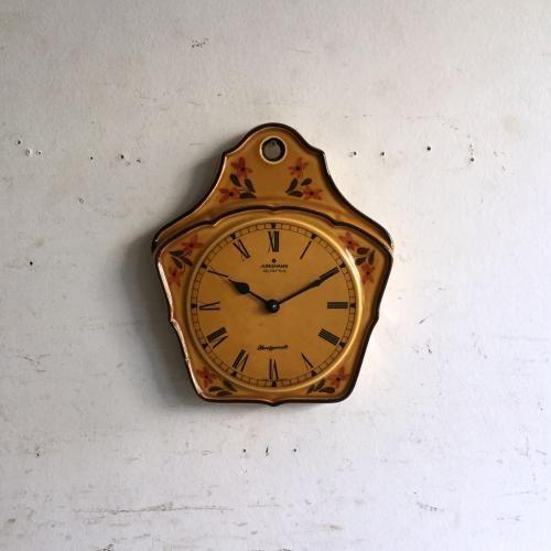 ヴィンテージJunghans(ユンハンス)/壁掛け時計|イエローのボディーにフラワーモチーフの入った素敵なウォールクロックです!壁掛け用の穴があけてあるのも可愛らしいですね。壁にかけるだけで華やかになるアイテムです。ご自宅のにはもちろん、カフェやレストラン、洋服屋さん、どこでも目に止まる素敵なインテリアとして飾ってください!