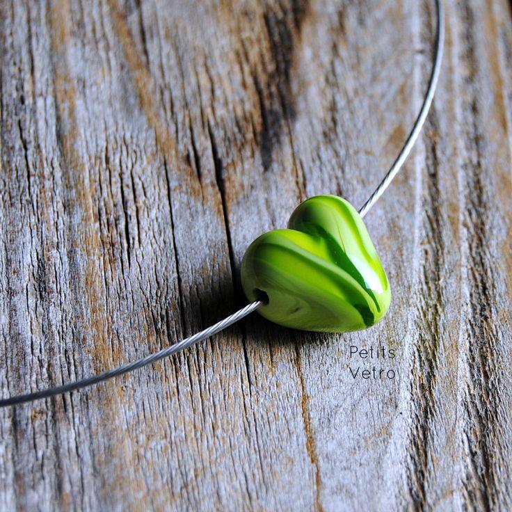 Green Variegated Heart: collarino con cuore in vetro di murano verde variegato di PetitsVetro su Etsy