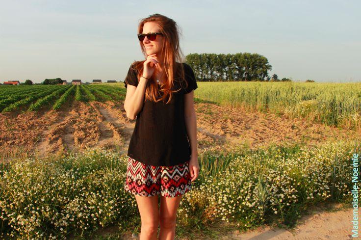 Capsule Wardrobe été 2015 t-shirt noir, short aztèque rouge noir et blanc, lunettes raban, summer look Mademoiselle Noémie