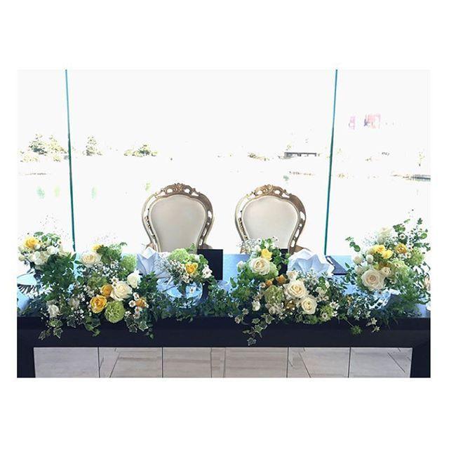 .  .  テーマは「おしゃれで可愛いナチュラル」♡  小花や白と黃色のバラをアクセントに  ナチュラルを可愛いく素敵にまとめました。  丸い透明な花器が光に透けてとってもおしゃれ♪  .  #flowerwalkpopo #富山県 #花嫁準備 #プレ花嫁 #結婚式準備 #結婚式 #ウェディング #テーマウェディング #オリジナルウェディング #ナチュラルウェディング #キャナルサイドララシャンス #ララシャンス#花屋 #花 #メイン装花 #高砂 #高砂装花 #ナチュラル #可愛い #ブライダル #wedding #weddingflowers #bride #bridal #bridalflowers #instflower #flowerstagram #flowerpic