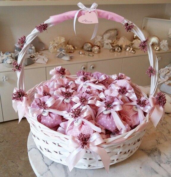 Bomboniere Cesto decorato con fiorellini rosa e nastro in taftà. Sacchettini in piquet a pois e a quadretti.  ary.monti88@gmail.com