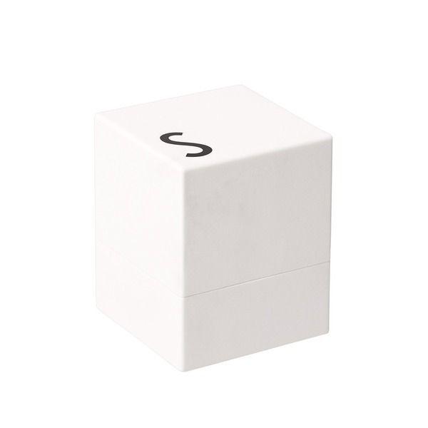 Design Letters - Salzmühle, weiß  Die Salz- und Pfeffermühlen von Design Letters überzeugen durch ihre außergewöhnliche Würfelform, das minimalistische Design und die ikonische Typografie von Arne Jacobsen.