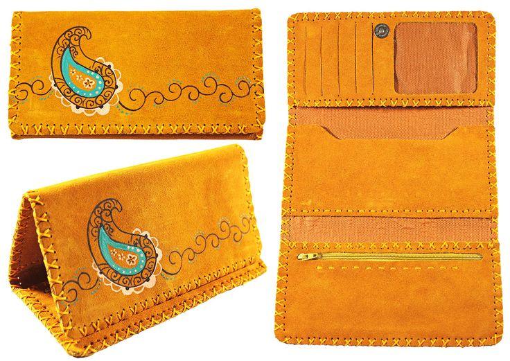 Portefeuille artisanal trois volets en cuir Nububk de vache. Le cuir provient de la province de Tabriz au nord-ouest de l'Iran. La fabrication est faite dans la province de Machhad, au nord-est du pays.  Motif : Cachemire -  Couleur : Jaune moutarde -  Code : CN-CA102-4 -  pour commander : http://www.colors-of-iran.fr/16-portefeuille-en-cuir.  Crédit Photo : © Colors of Iran