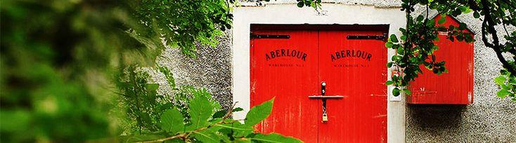 """Seit den 1890er Jahren versteckt sich im Tal des kleinen Flusses Lour, welche in den Spey mündet, die Destillerie Aberlour. Das zum Brennen verwendete Wasser der Lour ist sehr weich und steigt aus dem Granitfels des Ben Rinnes empor, bevor es über eine Wasserleitung zur alten Brennerei geleitet wird. Der Spirituosenkonzern Pernod Ricard zählt diesen zu einen seiner Lieblings-Malts. Das der Name Aberlour sich mit französischem Akzent auf """"amour"""" reimt, dürfte dabei gewiss eine Rolle spielen…"""