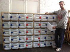 Espectacular sistema de almacenamiento con garrafas PET / EcoInventos.com