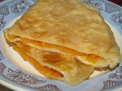 Мамины плацинды Замесить тесто из 0,5 кг муки, 250 мл. воды, 2 ст. л. растит. масла, 1 ст.л. уксуса, немного посолить. Получается тесто примерно как для вареников Сначала готовим начинку. Натереть тыкву и засыпать сахаром, чтобы немного пустила сок, который потом нужно будет слить.  раскатываем тесто в виде круга, кладем на половинку круга начинку, накрываем второй половинкой и прищипываем края. жарим на растительном масле - на сковороде