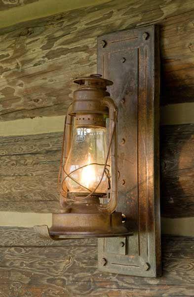 Une lampe tempête accroché à une plaque métallique