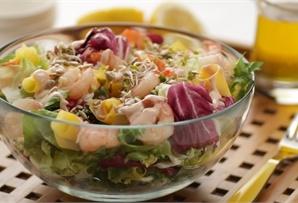 Sałatka z mango i krewetek / Mango and Tiger Shrimp Salad intrygujące i kolorowe połączenie krewetek i mango, podane z sałatą i słodko-ostrym sosem, urzeknie cię smakiem.