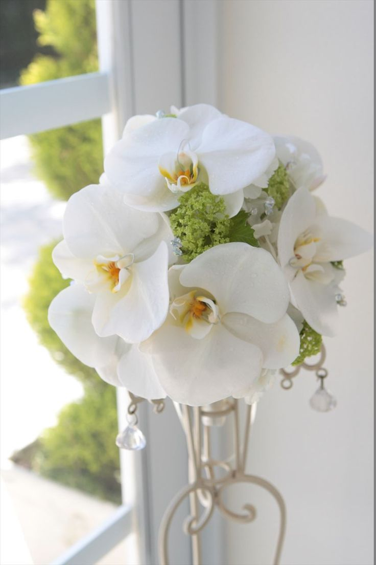 Wedding flower bouquet, Orchid and viburnum bouquet. White and Yellow Green.  ウェディングブーケ 胡蝶蘭、ビバーナム
