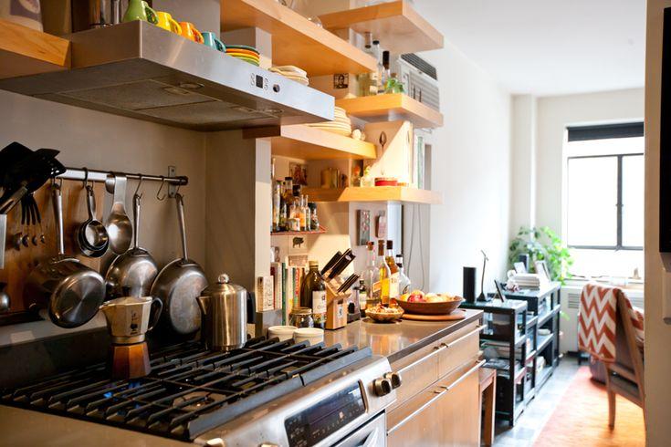【小物置き場超充実】段違いの棚に飲み込まれたキッチン | 住宅デザイン