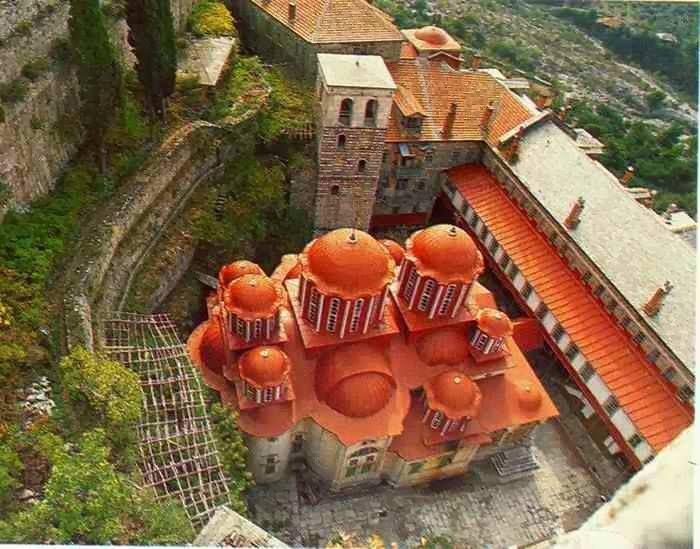Το καθολικό της Μονής από ψηλά - The katholikon of the Monastery from above
