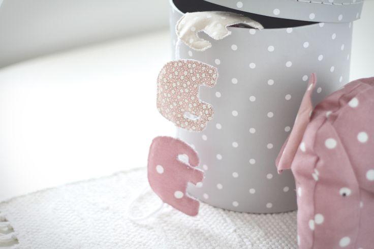 Elefanter är något av ett återkommande inslag just nu. Den här gången i form av ursöta elefantvimplar i sobra, rosa toner. Fler bilder och mer info på litenelsa.blogg.se #vimplar #vimpel #flaggspel #buntings #barnrum #barnrumsinredning #interior #inredning #inredningsdetaljer #dekoration #dekorationer #dekorera #pynta #pynt #sy #sytt #färger #sober #sobert #prickar #prickigt #prickig #blommig #blommigt #inspiration #gulligt #sött #litenelsa