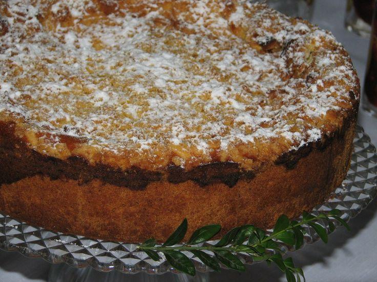 Przepis na sernik papieski. Do mąki pszennej dodać miękkie masło, cukier puder, żółtka i proszek do pieczenia. Zagnieść kruche ciasto i włożyć na 30 minut do lodówki.