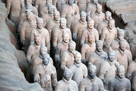Усыпальница первого императора Цинь Шихуанди расположена в китайской провинции Шаанкси, в 33 км от г. Ксиан. Историки полагают, что это был один из самых могущественных и жестоких правителей, объединивших под своей властью 7 отдельных китайских государств, основавший династию, которая правила 14 лет.